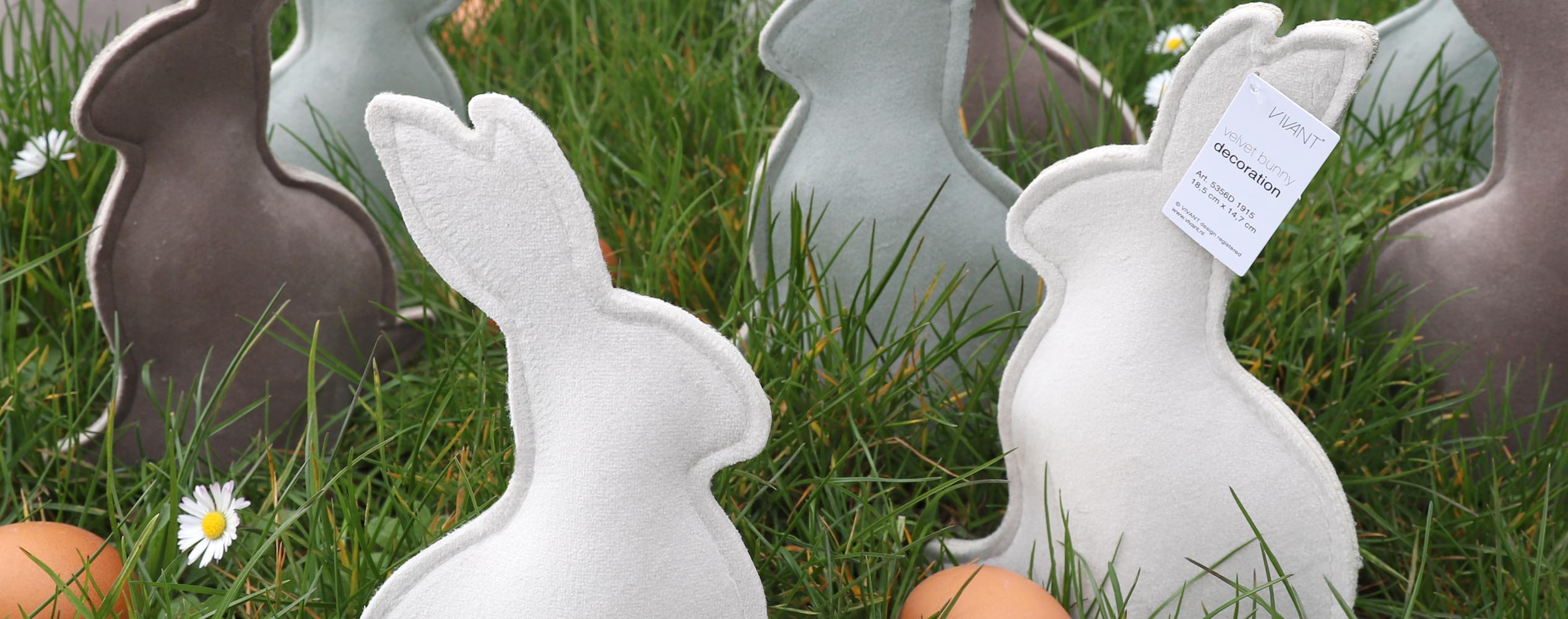 Velvet bunny sleeves en eierwarmers als paasdecoratie op tafel of etalage